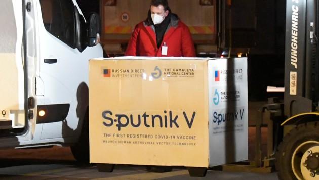 Wegen geringer Nachfrage will die Slowakei 160.000 Dosen Sputnik V verschenken oder verkaufen. (Bild: AP)