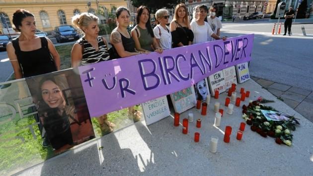 Vor dem Innsbrucker Landesgericht gedachten Freunde und Familie dem Opfer. Und es gab eine Demo gegen Femizide. (Bild: Christof Birbaumer)