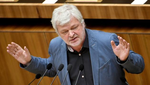 Karl Öllinger, ehemaliger Abgeordneter der Grünen im Nationalrat bei einer Rede 2016 (Bild: APA/ROLAND SCHLAGER)