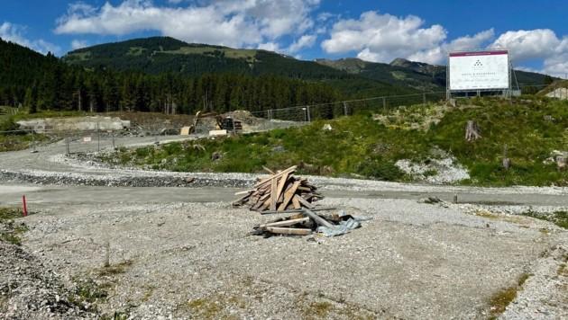 Eineinhalb Jahre nach Baustart sind keine Chalets zu sehen (Bild: Hölzl Roland)
