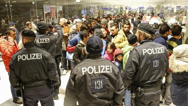 Bilder der Flüchtlingswelle, die im Herbst 2015 Salzburg erreichte (Bild: MARKUS TSCHEPP)