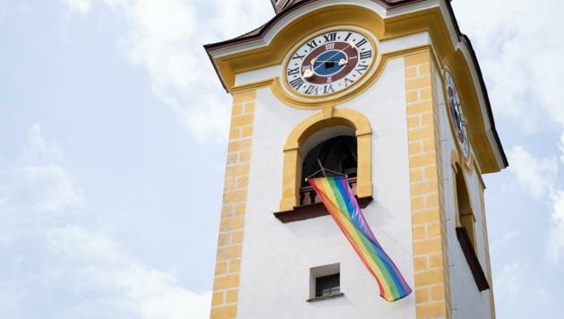 Nur kurz hing die Regenbogenfahne am Kirchturm von Unken. (Bild: JUSOS Salzburg/Bernhard Schmiderer)