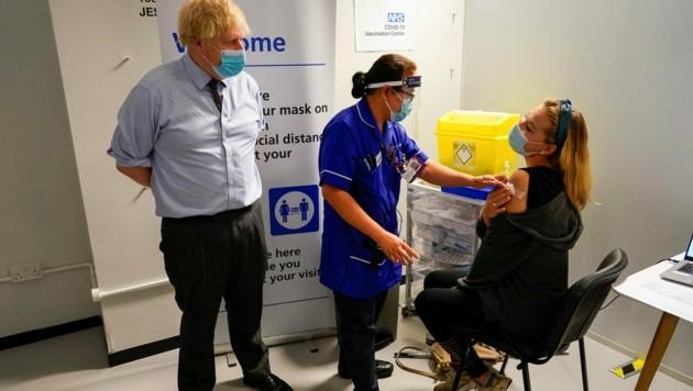 Der britische Premier Boris Johnson besuchte am Montag ein Impfzentrum in London. (Bild: AFP)