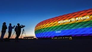 Mitte Mai trugen die Spieler von Paris Saint-Germain Nummern in Regenbogenfarben, in München verbot die UEFA, das Allianz-Stadion als Zeichen für Offenheit und Vielfalt bunt zu färben. (Bild: EPA)