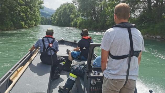 Die Suchaktion wurde auch auf die Flüsse ausgeweitet - die Freiwillige Feuerwehr Niederöblarn ist mit dem Boot unterwegs. (Bild: FF Niederöblarn)