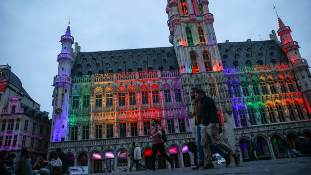 Das Brüsseler Rathaus wurde am Mittwochabend aus Solidarität mit der LGBT-Gemeinschaft in den Farben des Regenbogens angestrahlt. (Bild: APA/AFP/Aris Oikonomou)