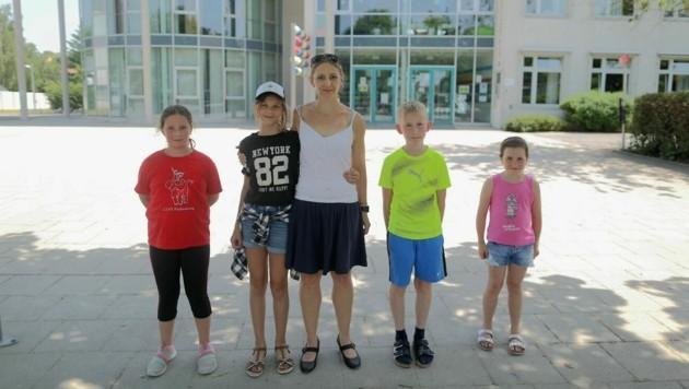 Doris Pumm (Mitte), Vorsitzende des Elternvereins der Ganztagsvolksschule Pastinakweg unterzeichnete die Petition ebenfalls. (Bild: Gerhard Bartel)