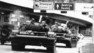 Jugoslawische Panzer fahren in Richtung Österreich. (Bild: Gepa / AP / picturedesk.com)