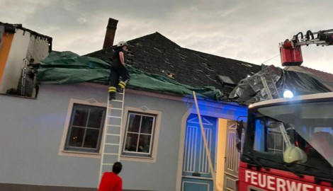 Die tennisballgroßen Hagelkörner beschädigten Dutzende Dächer und Autos zum Teil stark. (Bild: APA/FEUERWEHR)