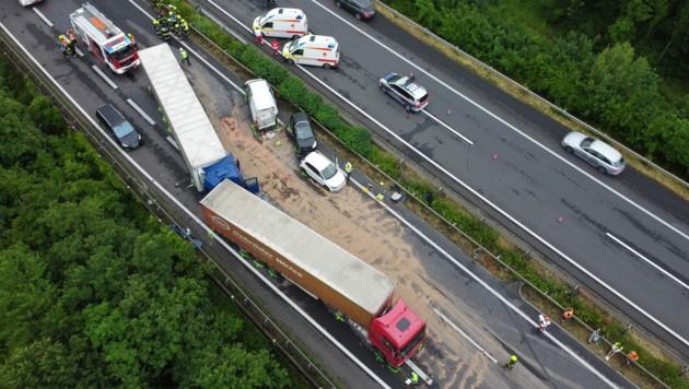Es krachten insgesamt 13 Fahrzeuge auf der Westautobahn bei Weißkirchen an der Traun zusammen (Bild: Matthias Lauber)