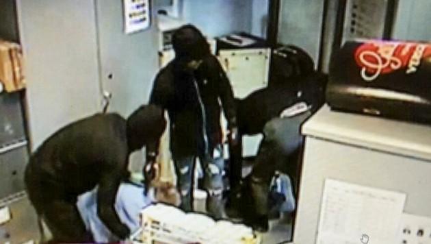 Brutal agierten die drei Räuber, zeigten Videoaufnahmen. Drei Jahre danach ist nun einer der drei verurteilt worden. (Bild: Tschepp Markus)