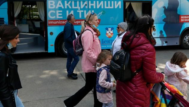 Ein Impfbus in der serbischen Hauptstadt Belgrad. (Bild: AP)