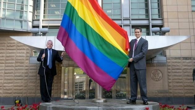 John Sullivan (links) setzte mit dem Hissen der Flagge ein buntes Zeichen für Toleranz. (Bild: twitter.com/USEmbRu)
