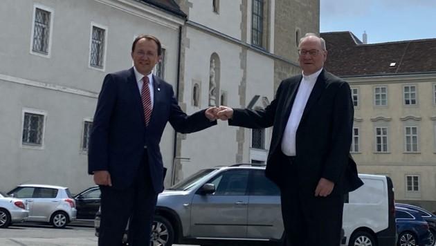 """Bürgermeister Matthias Stadler und Diözesanbischof Alois Schwarz freuen sich über die """"historische Zusammenarbeit"""". (Bild: Thomas Werth)"""