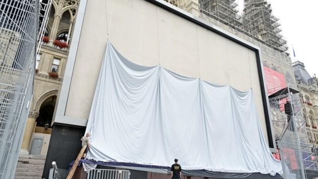 Die 300 Quadratmeter große Leinwand ist schon aufgebaut. (Bild: C.JOBST)