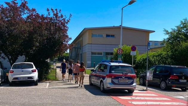 Ein Polizeiauto sicherte den Eingang zur NMS Braunau (Bild: Daniel Scharinger)