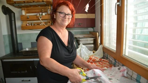 """""""Jedes Mal wenn ich die Tücher mache, erinnert mich das an meine Oma"""", erzählt Rita Pitzl. (Bild: Charlotte Titz)"""