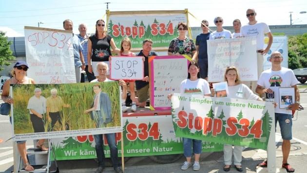 Mit Transparenten demonstrierte gestern eine Abordnung der S-34-Gegner vor der Sitzung (Bild: Crepaz Franz)