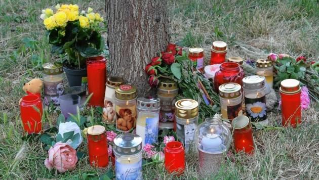 An diesem Baum war die Leiche des Mädchens abgelegt worden. Trauernde brachten Blumen und Kerzen. (Bild: Andi Schiel)