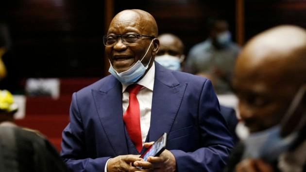 Wegen Missachtung einer gerichtlichen Vorladung ist Südafrikas Ex-Präsident Jacob Zuma am Dienstag zu einer Haftstrafe von 15 Monaten verurteilt worden. (Bild: AFP)