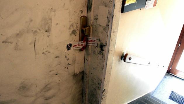 Die Wohnung eines der Verdächtigen - sie gilt als Tatort und wurde versiegelt. (Bild: Andi Schiel)