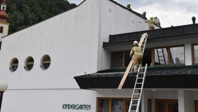 Das Dach des Kindergartens musste gesichert werden. (Bild: zoom.tirol)