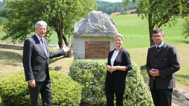 LH Kaiser, Verteidigungsministerin Tanner und Landesrat Gruber vor dem Gedenkstein (Bild: Hronek Eveline)