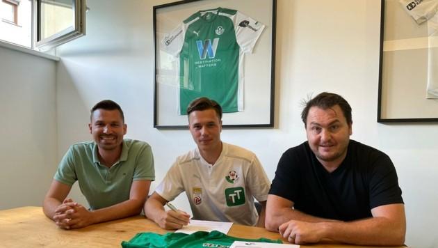 Markus Wallner (Mitte) bei der Vertragsunterschrift in Tirol mit Berater Philipp Mirtl (li.) und WSG-Sportchef Köck. (Bild: Mirtl)
