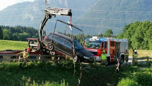 Mittels Kran wurde das Unfallfahrzeug aus dem Staubecken geborgen. (Bild: Brunner Images | Philipp Brunner | www.brunner-images.at)