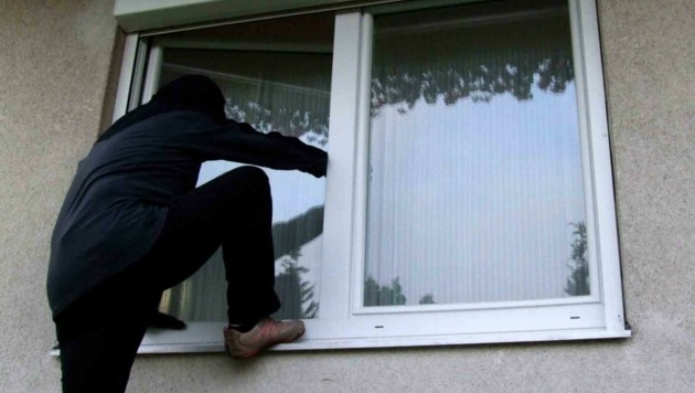 Über ein offenes Fenster stiegen die Täter ein (Symbolfoto) (Bild: Polizei OÖ )