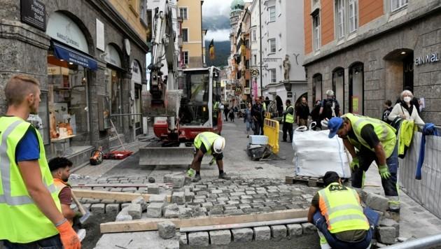 Hier werden die letzten Baustellen-Löcher wieder zugemacht. (Bild: Fischer Andreas)