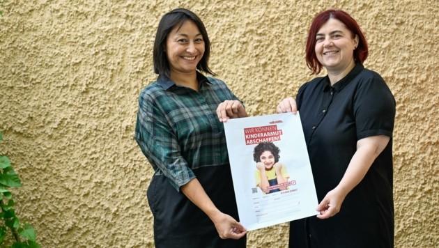 Jasmine Chansri (li.) und Birgit Prieglhofer, beide Volkshilfe OÖ mit der Petition (Bild: Alexander Schwarzl)