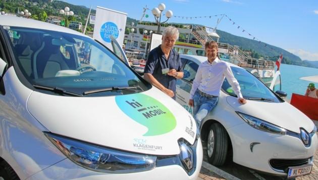 Höbarth und Zawichowski mit der E-Auto-Flotte: Das Ausleihen wird vereinfacht. (Bild: Evelyn HronekKamerawerk)