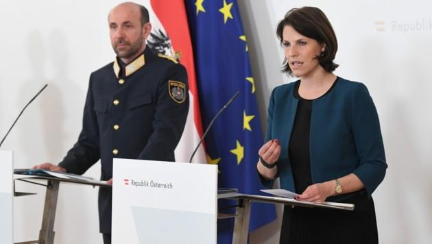 Kanzleramtsministerin Karoline Edtstadler (ÖVP) und Franz Ruf, Generaldirektor für die öffentliche Sicherheit (Bild: APA/HELMUT FOHRINGER)