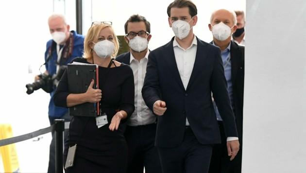 Bundeskanzler Sebastian Kurz (ÖVP) mit Entourage bei seiner zweiten Befragung im Ibiza-U-Ausschuss. (Bild: APA/HELMUT FOHRINGER)