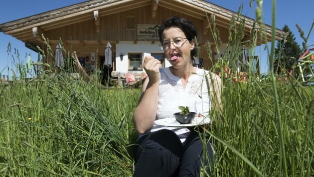 Vor ihrer Almhütte genießt Daniela Klingler ihre Eis-Kreation. (Bild: Bildagentur Muehlanger)