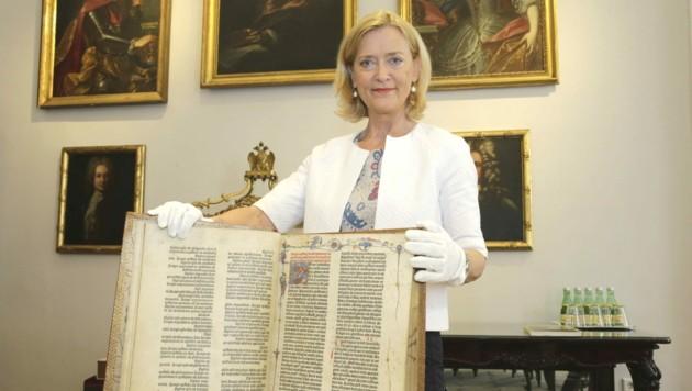 12 Millionen Bücher und Objekte und barocke Prunksäle: Johanna Rachinger ist seit 20 Jahren Chefin der Nationalbibliothek (Bild: Klemens Groh)
