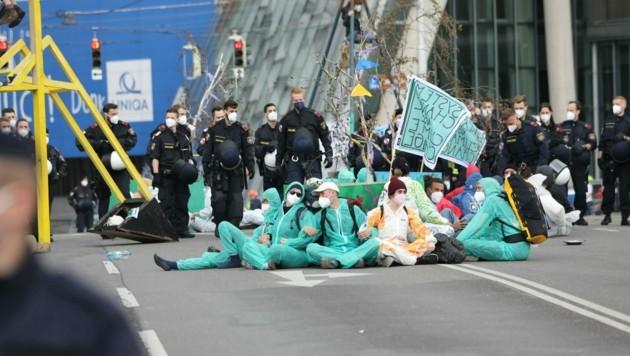 Umweltaktivisten demonstrieren gegen den Lobautunnel. (Bild: Jöchl Martin)