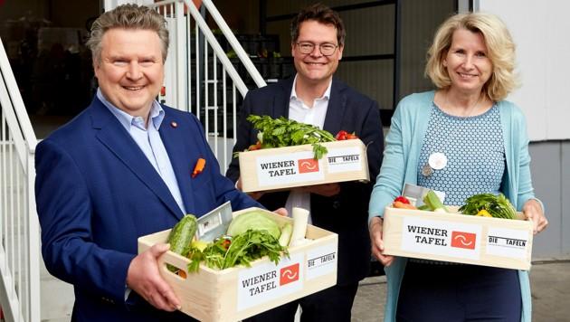 Bürgermeister Michael Ludwig (SPÖ), Klimastadtrat Jürgen Czernohorszky (SPÖ) und Alexandra Gruber, Geschäftsführerin der Wiener Tafel (Bild: Wiener Tafel/Dieter Brasch)