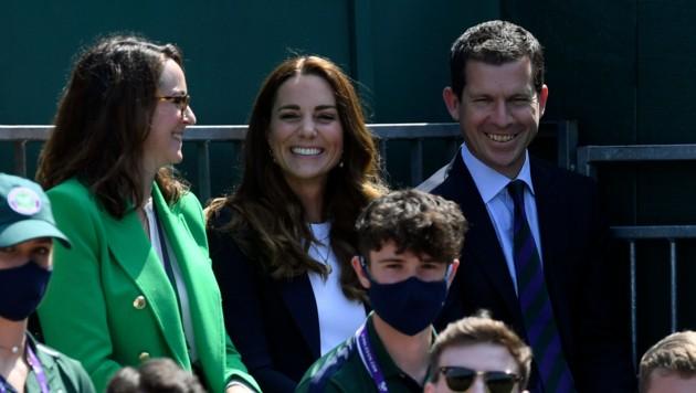 Herzogin Kate saß in Wimbledon neben Tim Henman - und unterhielt sich dabei prächtig. (Bild: AP)