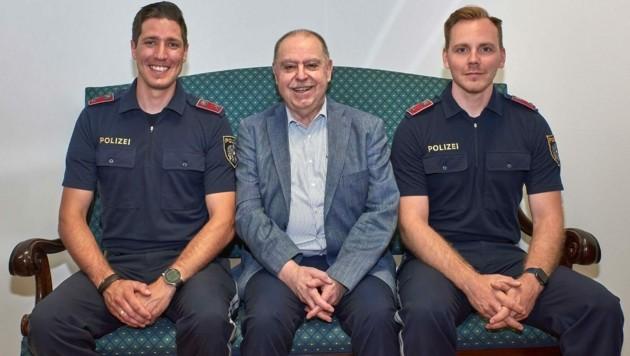 Revierinspektor Lukas H. mit Heinz und Revierinspektor Mathias P. (Bild: LPD Wien/Thomas Cerny)