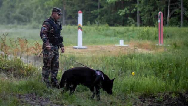 Ein litauischer Grenzschützer patrouilliert entlang der Grenze zu Belarus. (Bild: AP)