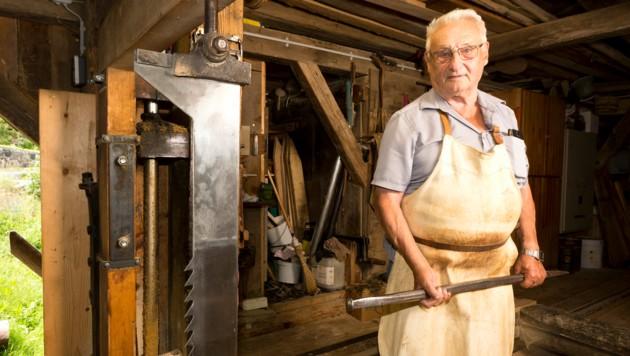 Hubert Loretz ist einer der Letzten, die sich auf die alte Kunst des Sägens verstehen. (Bild: Mathis Fotografie)