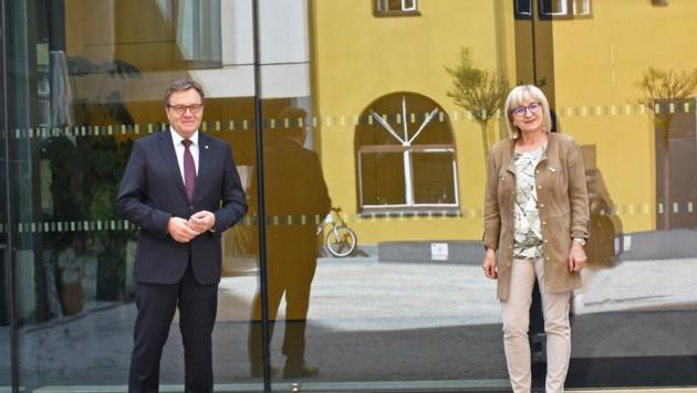 LH Günther Platter und LRin Beate Palfrader freuen sich über den Start des neuen Technischen Gymnasiums Telfs. (Bild: Land Tirol/Gratl)