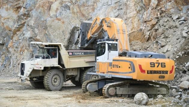 70 bis 100 Tonnen wiegen die gigantischen Muldenkipper und Bagger, die im Steinbruch eingesetzt sind. (Bild: Huber Patrick)