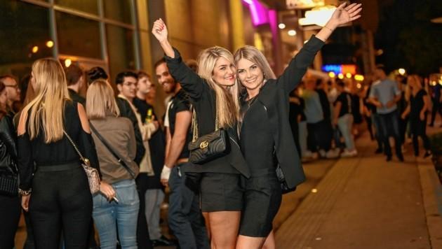 """Viele Monate lang blieben die Bars, Clubs und Discos in Österreich Corona-bedingt zu. Aber jetzt kehrt die Nacht zurück - und die Nachtschwärmer haben, wie ein """"Krone""""-Lokalaugenschein bestätigt, das Feiern nicht verlernt. (Bild: Alexander Schwarzl)"""