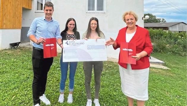 Die Volkshilfe übergab die Spenden an die beiden Schwestern (Bild: Christian Schulter)