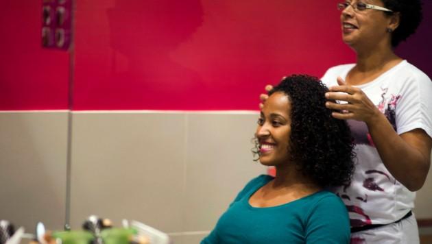 Menschen mit dichtem, lockigen Haar benötigen dafür oft eine andere Schnitttechnik. (Bild: AFP)