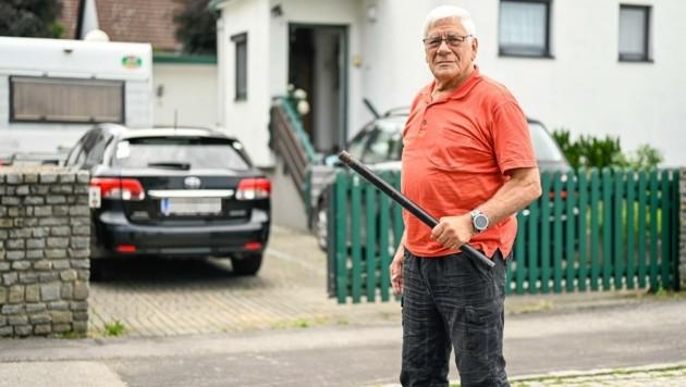 Alfred Michlmayr (78, o.) bewaffnete sich mit einer Eisenstange. (Bild: Alexander Schwarzl)