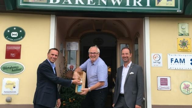 Bärenwirt Erich Mayrhofer mit Tourismuslandesrat Jochen Danninger (links) und dem Wirte-Sprecher Mario Pulker. (Bild: Franz Weingartner)